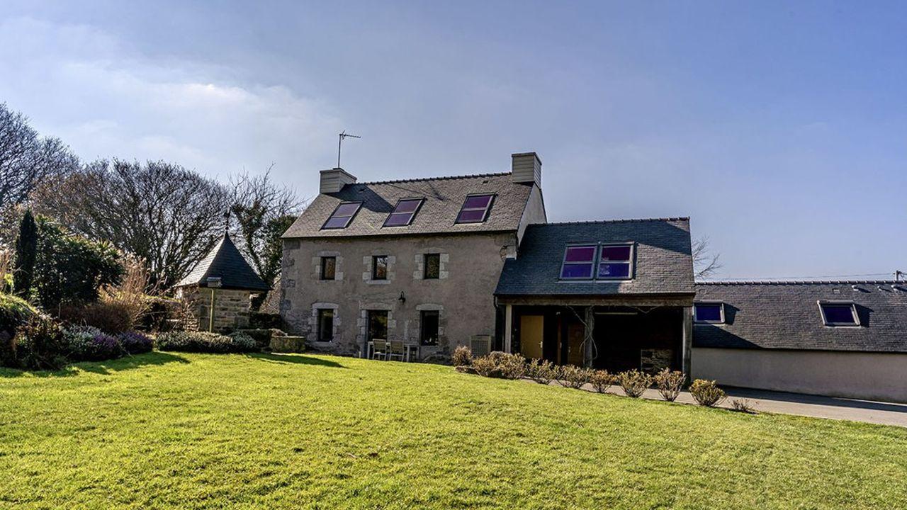 En Bretagne, à Huelgoat, cette ferme de 240m2, 5 chambres, 7.000m2 de terrain, s'est vendue en quelques jours 350.000euros.