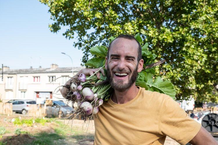 Ex-commercial dans l'agrobusiness, Nicolas gère aujourd'hui 30 sites végétalisés par Merci Raymond en Ile-de-France.