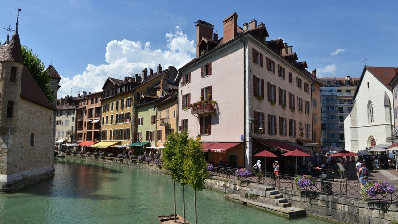 Annecy est réputée pour sa vieille ville avec ses rues pavées, ses canaux sinueux et ses maisons aux couleurs pastel.