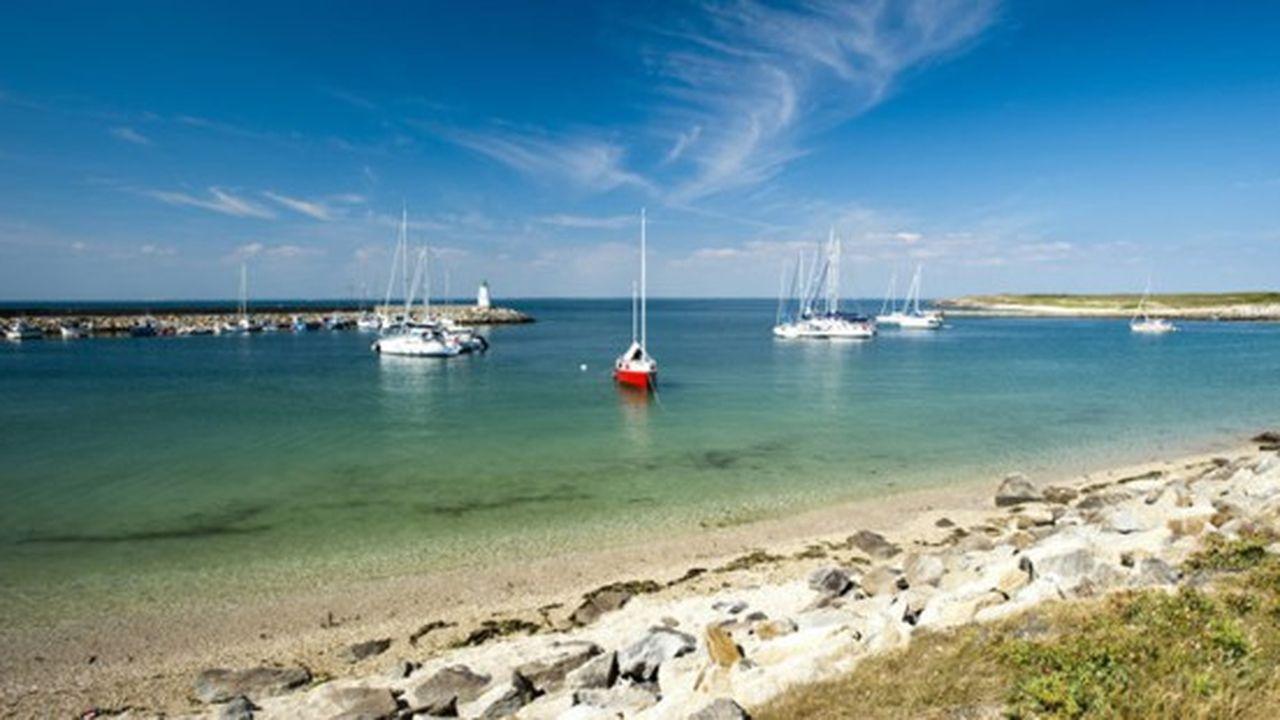 Les Îles du Ponant sont formées notamment de l'archipel de Chausey dans la Manche, Bréhat dans les Côtes d'Armor, Houat, Hoëdic ou Groix dans le Morbihan, Ouessant dans le Finistère ou encore l'Île d'Yeu en Vendée.