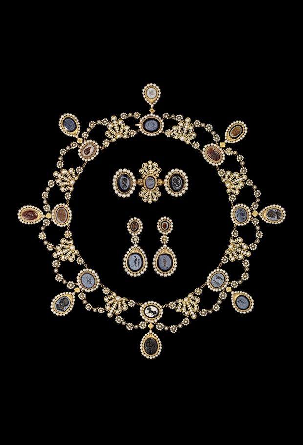 Parure d'intailles de l'impératrice Joséphine, en or, argent, agate nicolo et perles fines, signé François-Régnault Nitot, vers 1809.