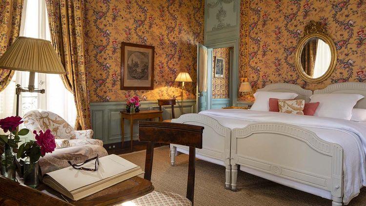 Dans les chambres très XVIIIe siècle, les murs sont tendus d'indiennes ou de toiles historiques de Jouy.