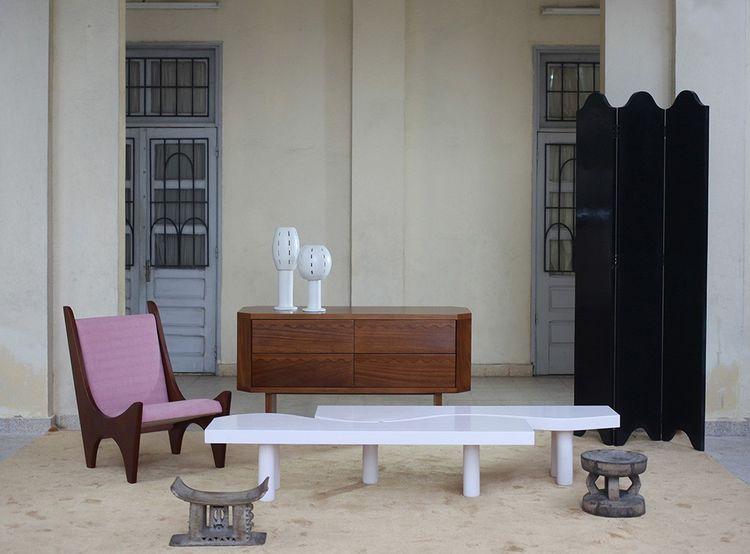 Fauteuil «Kola», table basse « Camel », lampes « Lotus », buffet et paravent « Vagues », de la marque Ebur, fabriqués en Côte d'Ivoire.