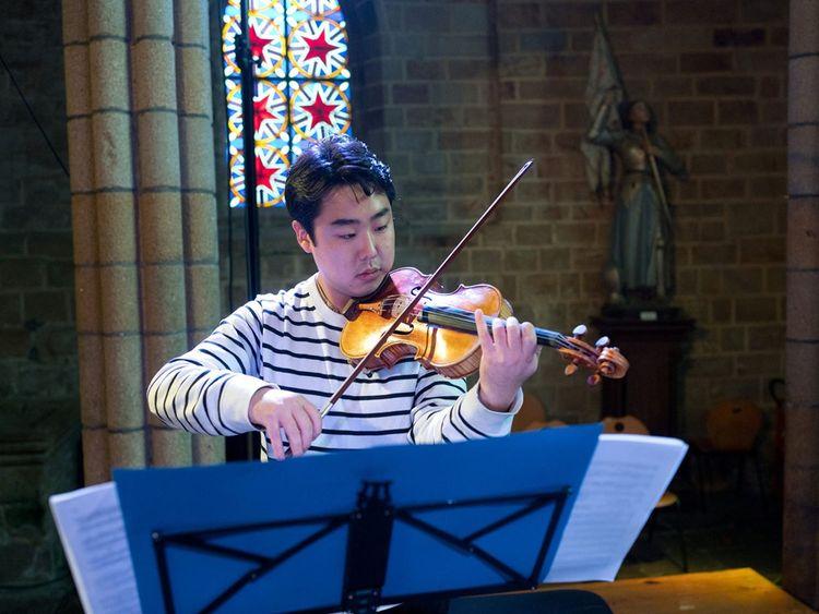 Shuichi Okada pour un concert capté à l'Abbaye de Royaumont