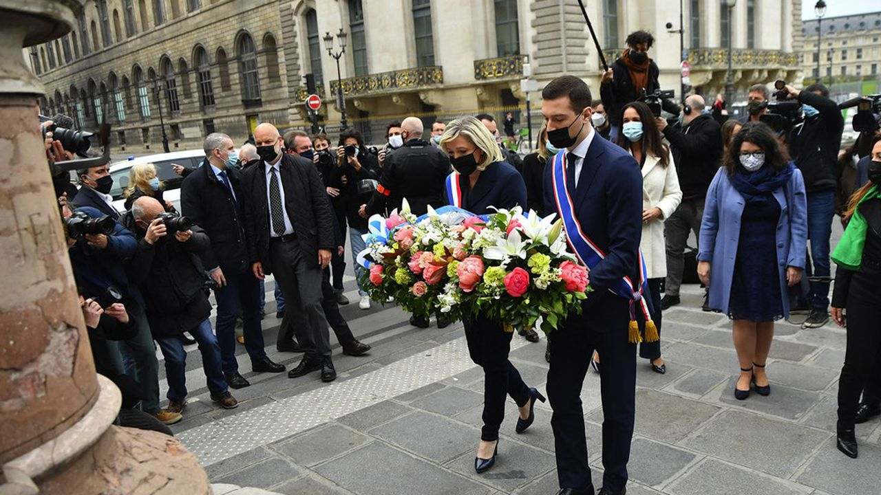 Marine LePen et Jordan Bardella ont déposé la traditionnelle gerbe de fleurs aux pieds de la statue de Jeanne d'Arc à Paris ce samedi 1ermai.
