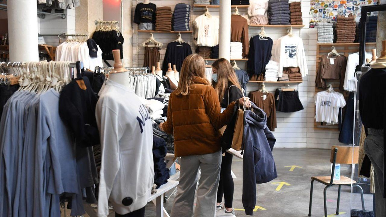 Des clientes dans une boutique de vêtements à Paris, le 28novembre 2020.