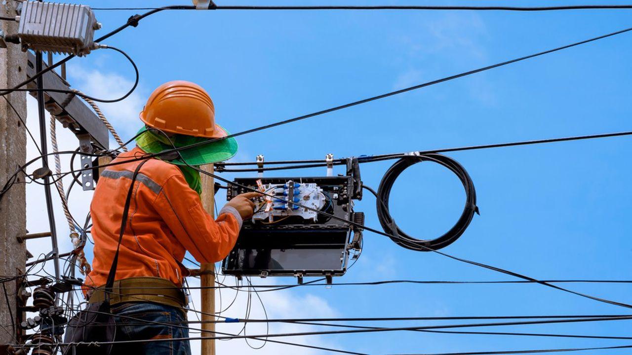 Le nouveau réseau en fibre optique remplace progressivement son prédécesseur en cuivre, qui a vocation à être démonté.