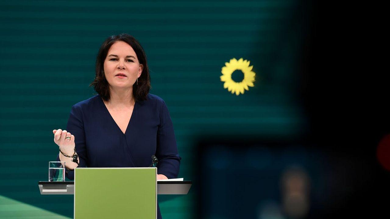 A peine nommée le 19avril, leur nouvelle figure de proue, Annalena Baerbock, a propulsé les Verts allemands pour la première fois en tête de deux enquêtes d'opinion, devant l'Union CDU-CSU d'Angela Merkel.