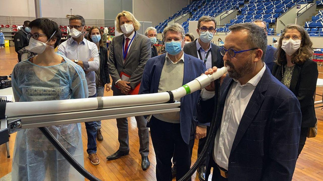 Yannick Neuder, cardiologue et vice-président à la santé de la région Auvergne-Rhône-Alpes, qui a cofinancé la machine avec l'Etat.
