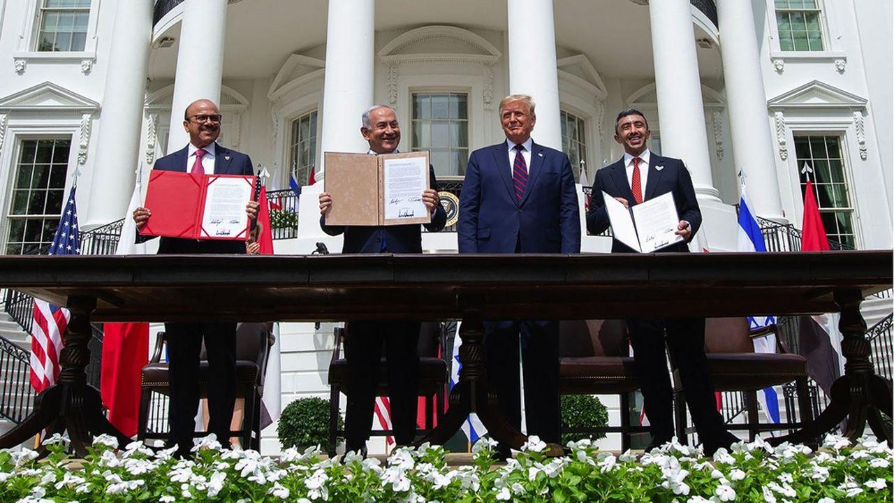 Le Premier ministre israélien, Benyamin Netanyahu, signe les accords d'Abraham, aux côtés de Donald Trump, du ministre des Affaires étrangères des Emirats arabes unis et de celui du Bahreïn.