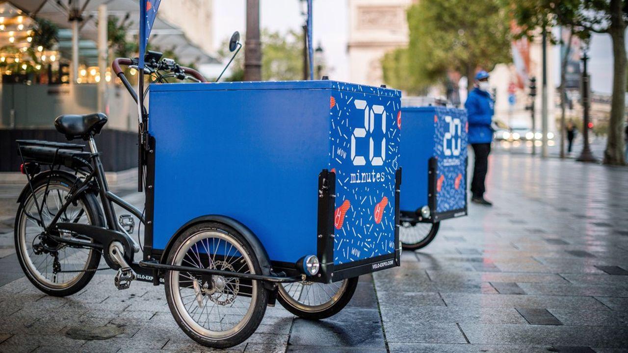 Le journal gratuit «20Minutes» distribue désormais son édition du jour en triporteur dans les rues de Paris.