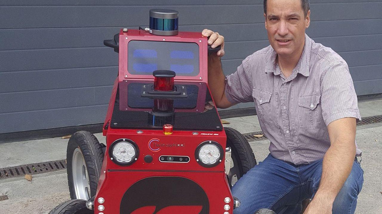 Le fondateur de Soben Benjamin Talon présente son robot porte-charge.