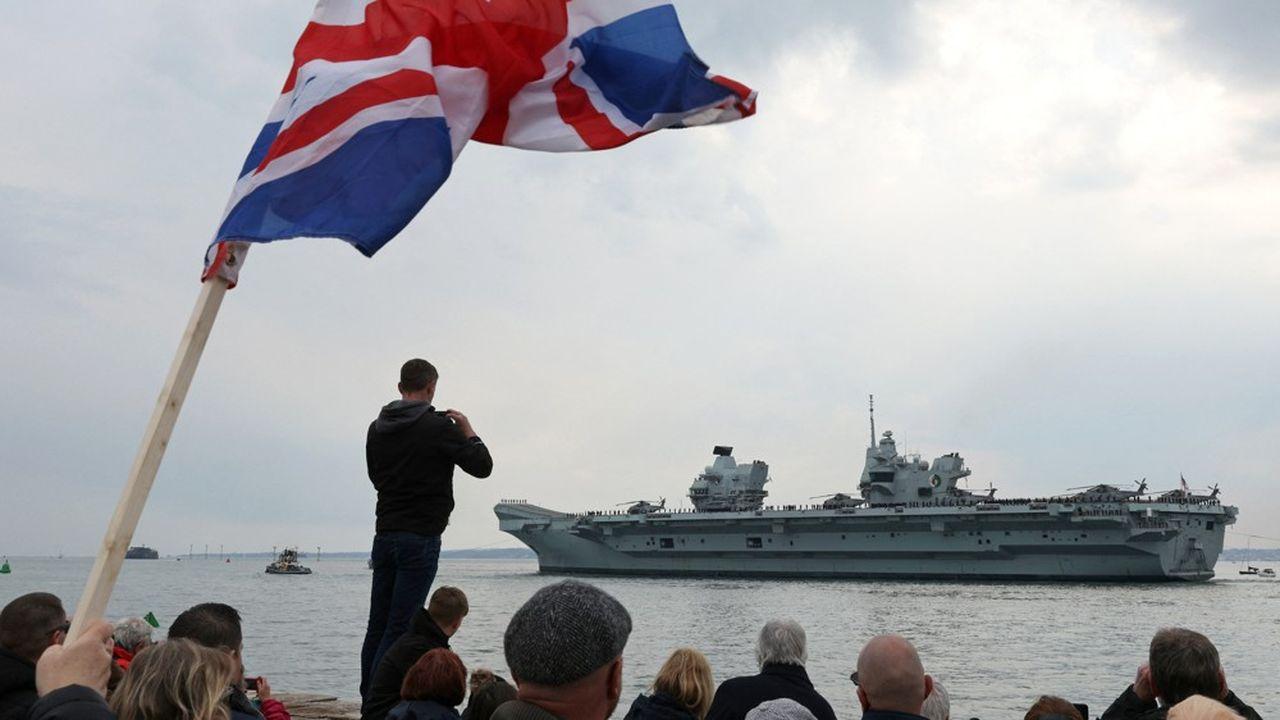 Le «Queen Elizabeth» quitte la base navale de Portsmouth, au Royaume-Uni, le 1ermai 2021.