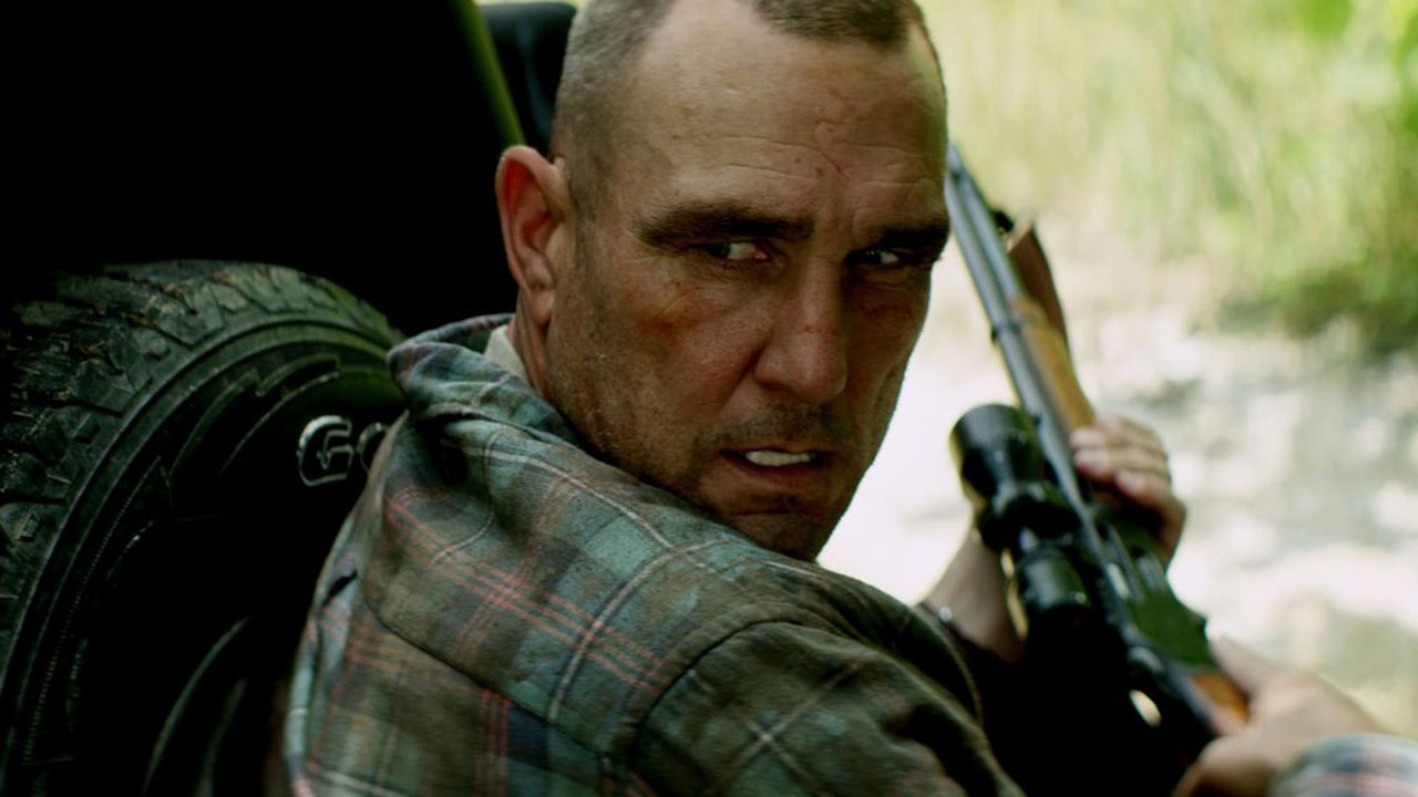 Neelyn (Vinnie Jones), homme de main de la mafia british, est en pétard.