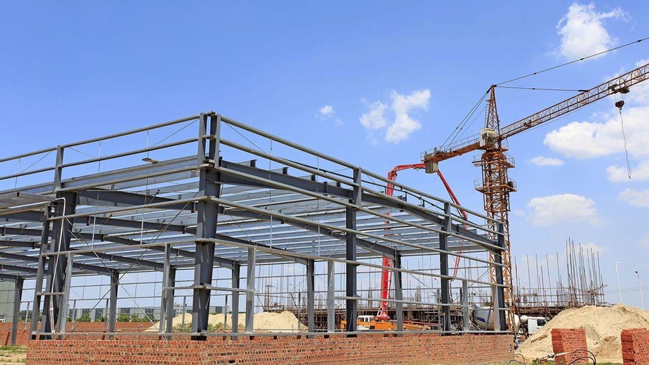 Un entrepôt logistique en construction.