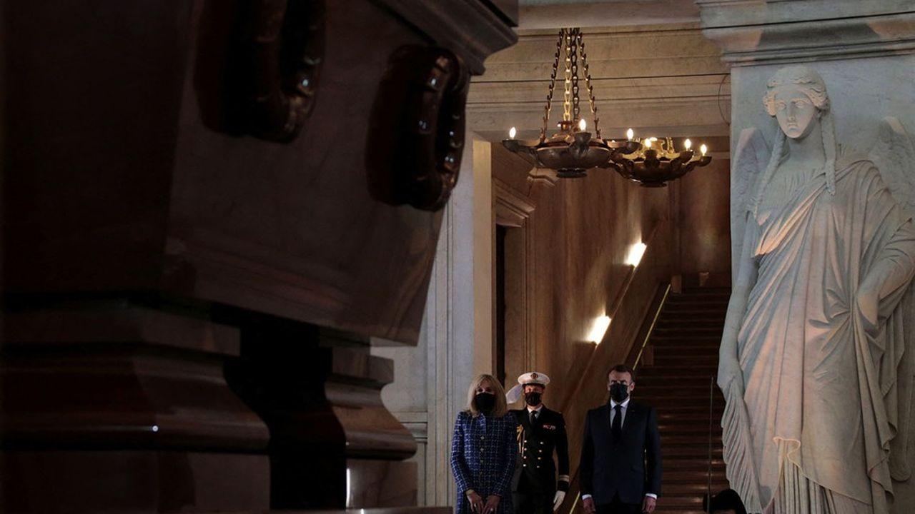 Après son discours, Emmanuel Macron est allé déposer une gerbe sur le tombeau de Napoléon aux Invalides, à l'heure exacte de son décès il y a deux siècles.