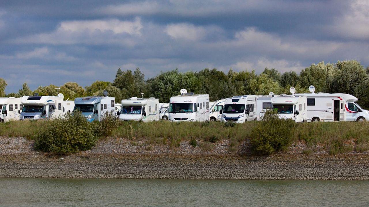 Au Crotoy dans la baie de Somme, le parking dévolu aux camping-cars sur le portfait très souvent le plein.