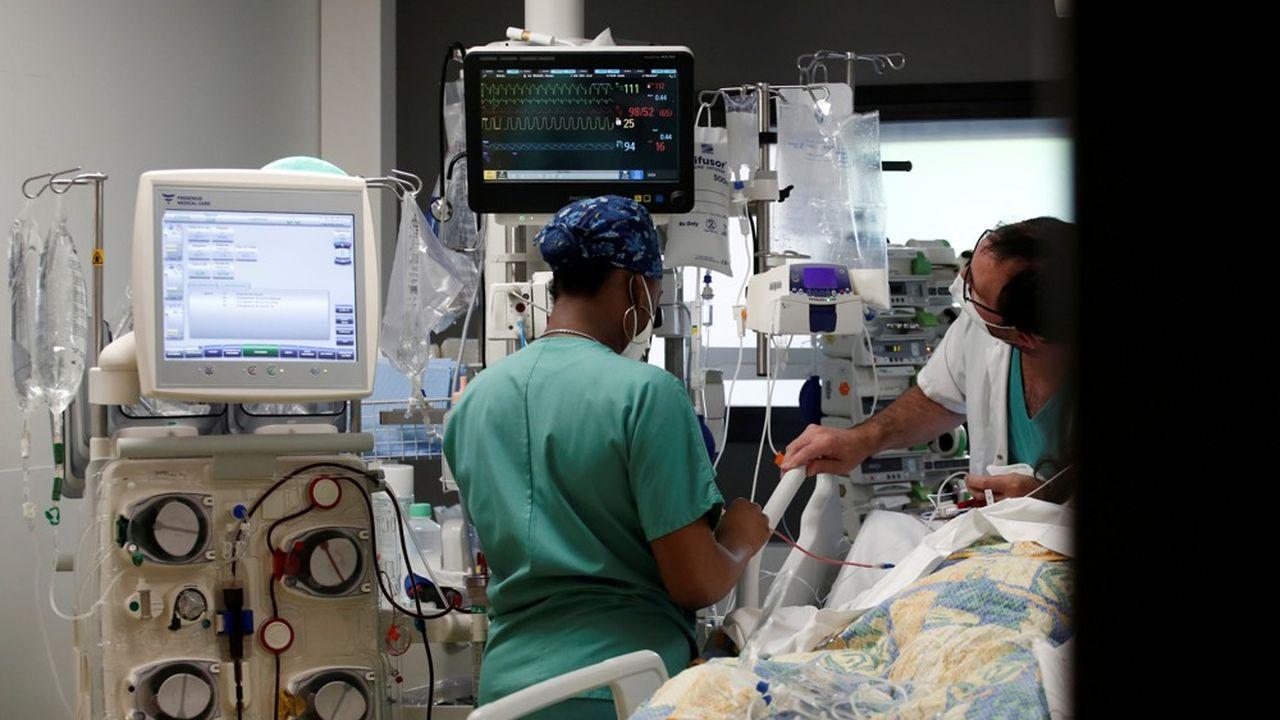Vendredi, 4.352 patients atteints par le coronavirus étaient hospitalisés dans des services de soins critiques (réanimation, soins intensifs et surveillance continue).
