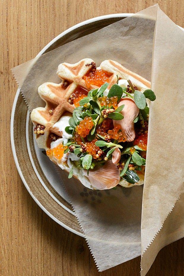La gaufre de pain, truite gravlax, oeufs de truite proposée au petit déjeuner par Substrat-La Panifacture au Food Traboule.