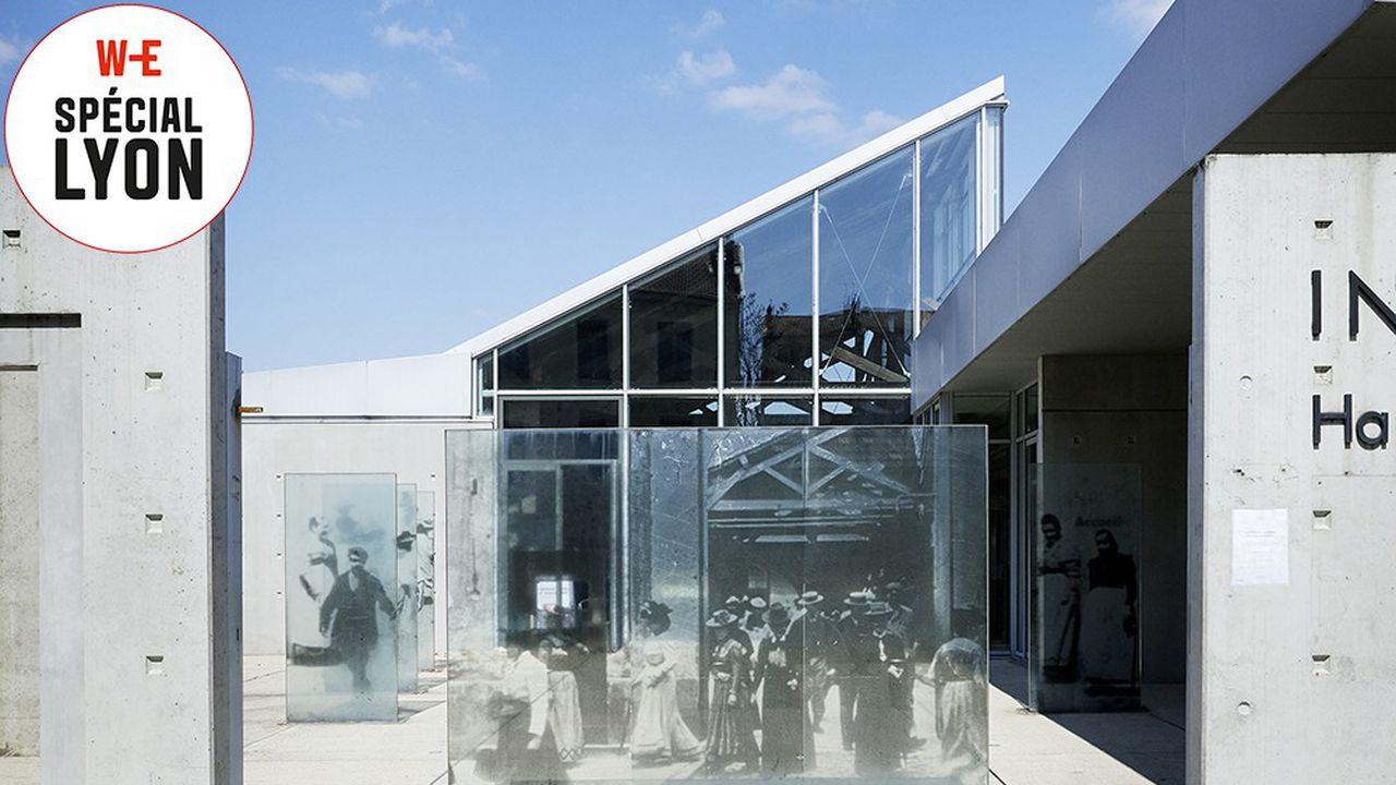 Devant le Hangar du Premier Film, le 14 avril 2021. Ici, Louis Lumière plaça sa caméra, le 19 mars 1895, pour filmer La Sortie des usines.