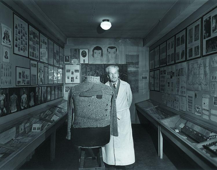 Portrait du professeur Edmond Locard, fondateur de la criminalistique et à l'origine du premier laboratoire de police scientifique.