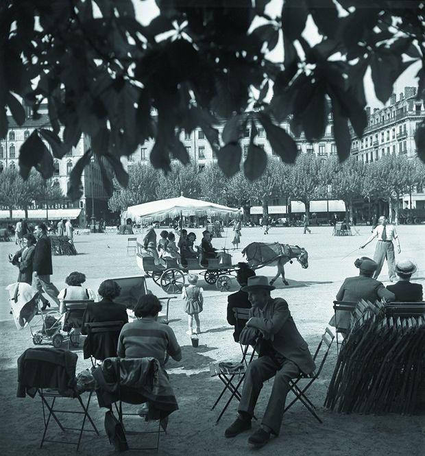 La place Bellecour, la plus grande place piétonne d'Europe et la quatrième plus grande place de France, a toujours été un lieu d'échanges et un point de rencontre pour les Lyonnais.