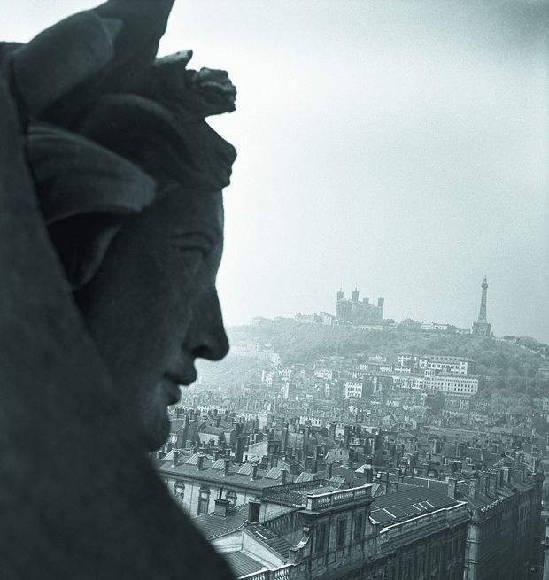 Vue sur le vieux Lyon et la colline de Fourvière. Au loin la basilique Notre-Dame de Fourvière et la tour métallique.