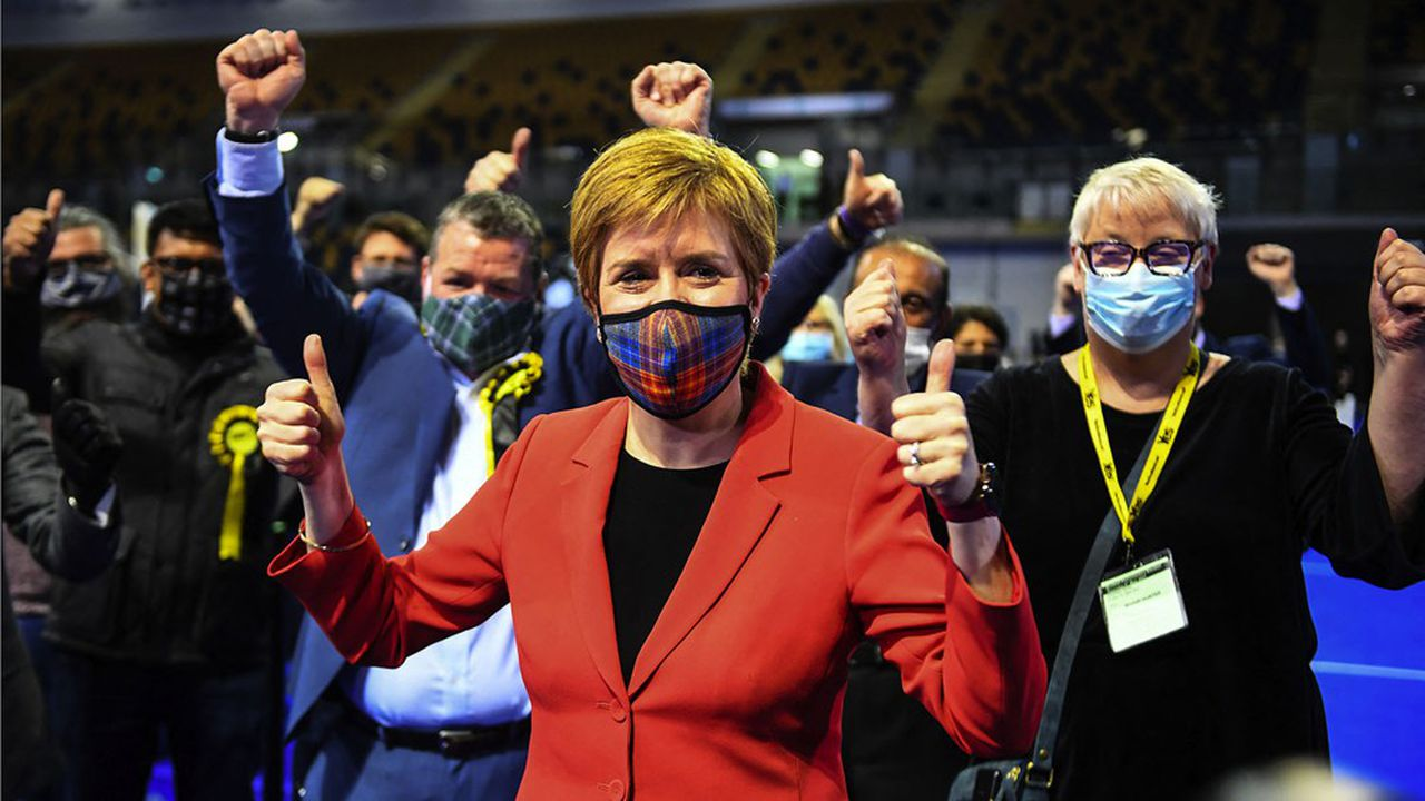 La Première ministre écossaise, Nicola Sturgeon, après sa réélection dans sa circonscription de Glasgow Southside, vendredi.