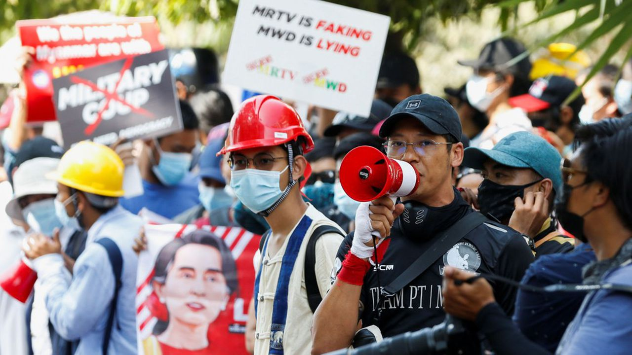 Le combattant d'art martiaux Phoe Thaw manifeste à Rangoun en Birmanie.