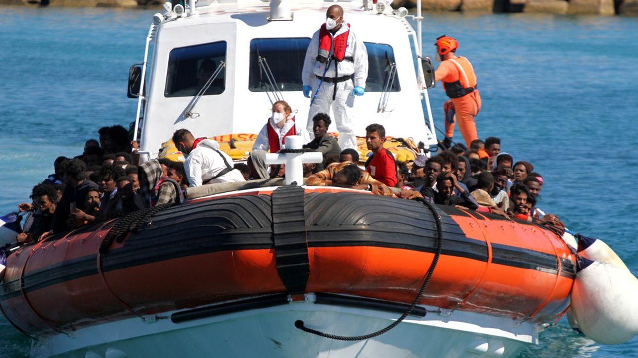 Recueillis par un navire de secours, des migrants approchent de l'île de Lampedusa, le 9mai 2021.