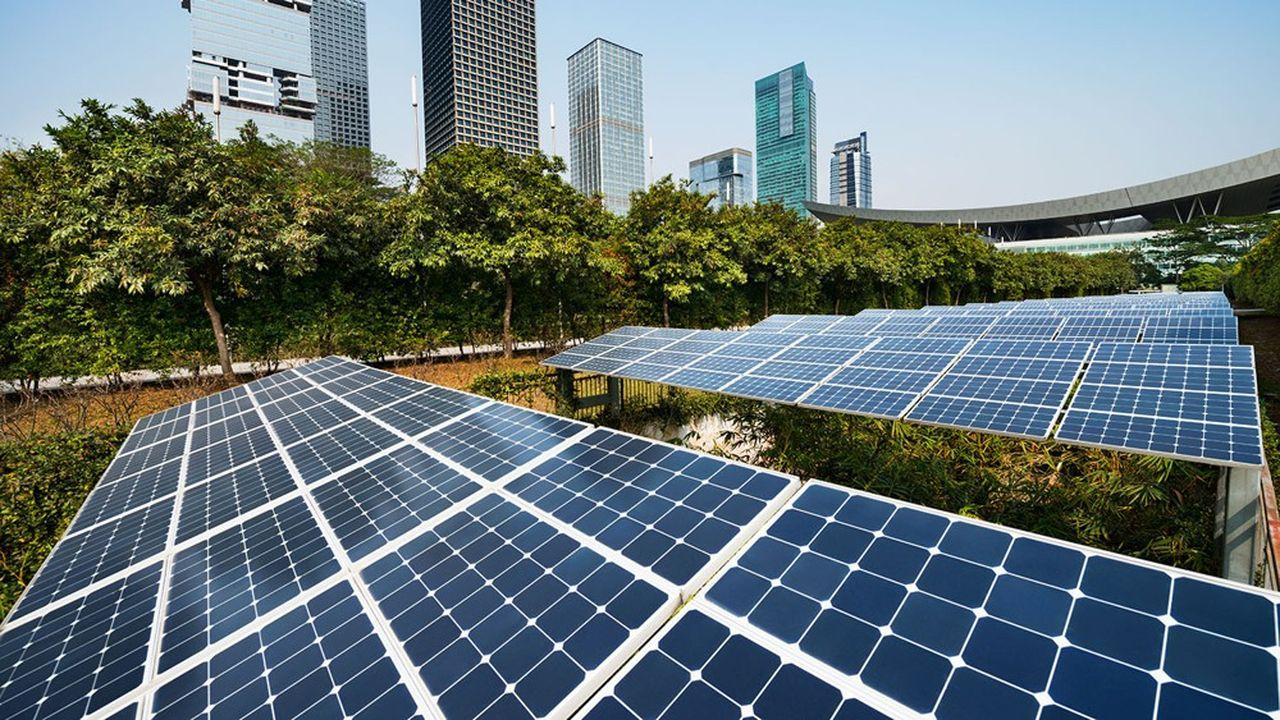 Des panneaux solaires dans une grande ville.