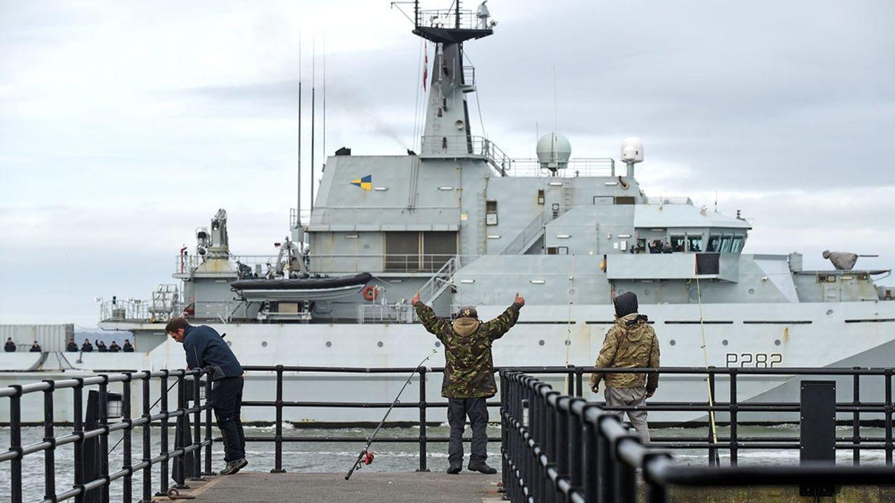 A Portsmouth, des pêcheurs anglais saluent le navire«HMS Severn» de la Royal Navy, de retour de l'île anglo-normande de Jersey.