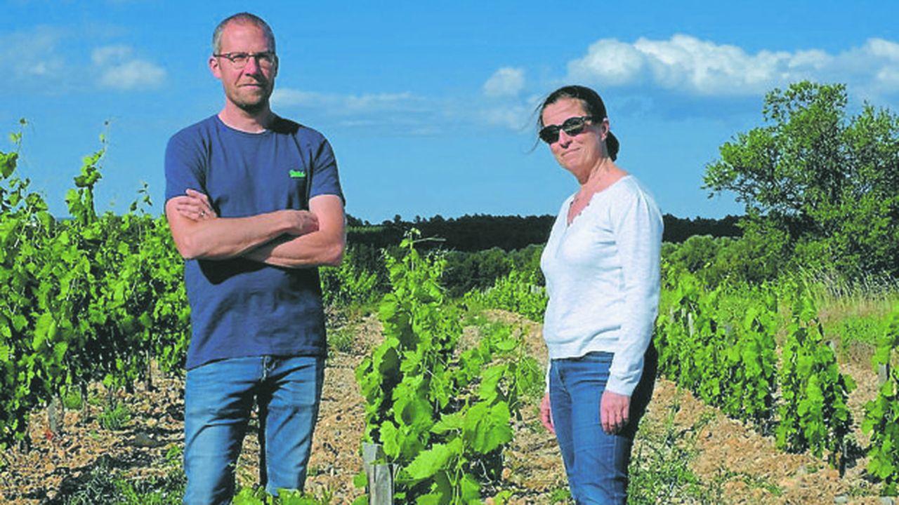 Vincent Goumard et Isabelle Gélard dans leur vignoble de Mas Cal Demoura, à Jonquières dans l'Hérault.