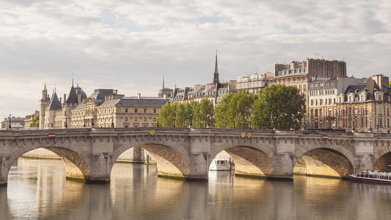 Le Pont Neuf et l'Ile de la Cite à Paris.