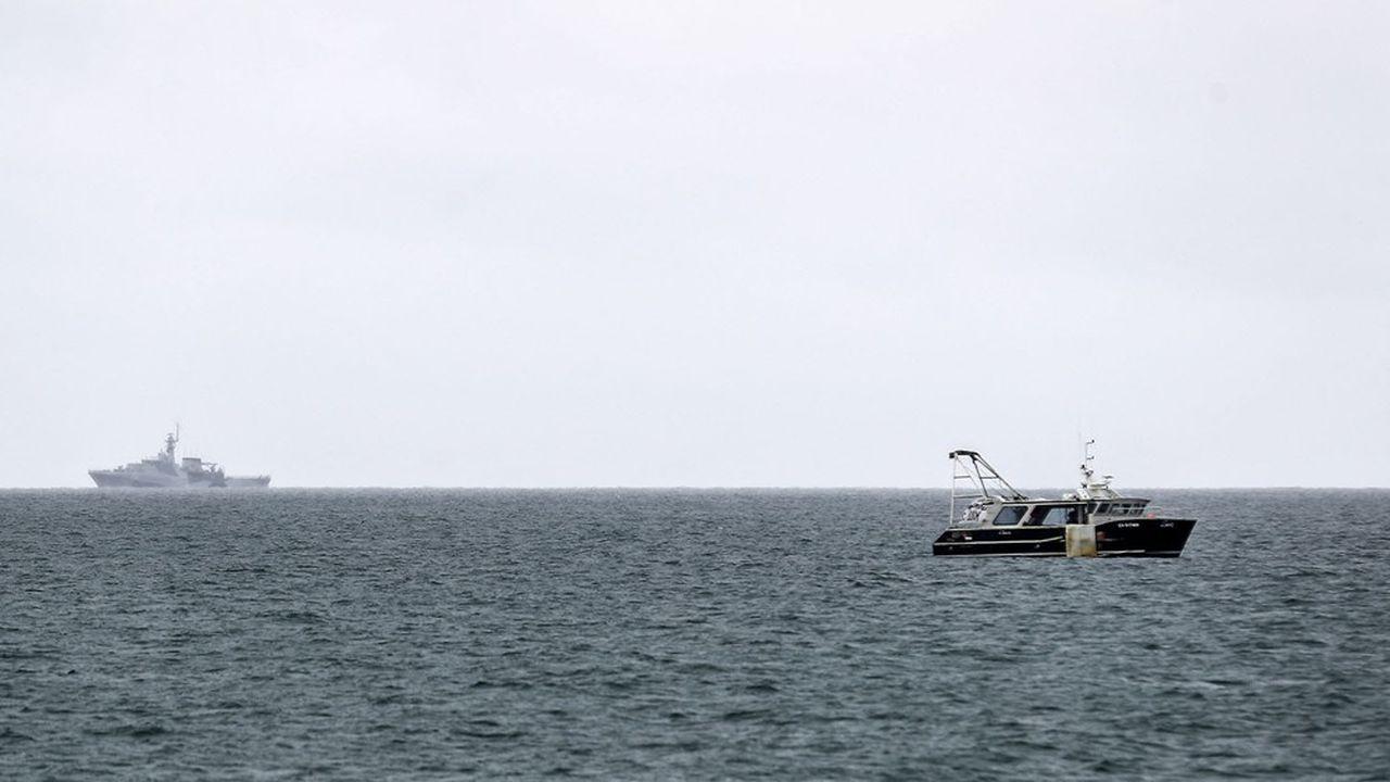 Au large de Jersey, un navire britannique et un bateau de pêche français, le 6mai dernier.