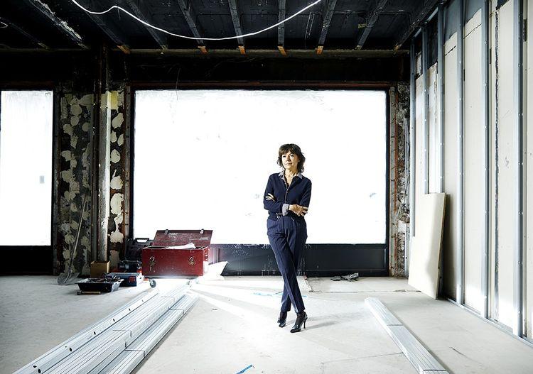 Nathalie Obadia sur le chantier de sa future galerie rue du Faubourg-Saint-Honoré à Paris..