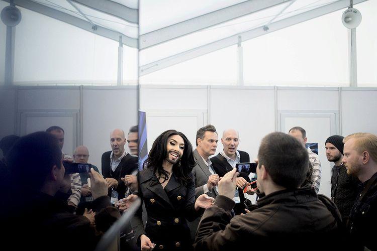 Conchita Wurst, lauréate de l'édition 2014, ici avec ses fans.