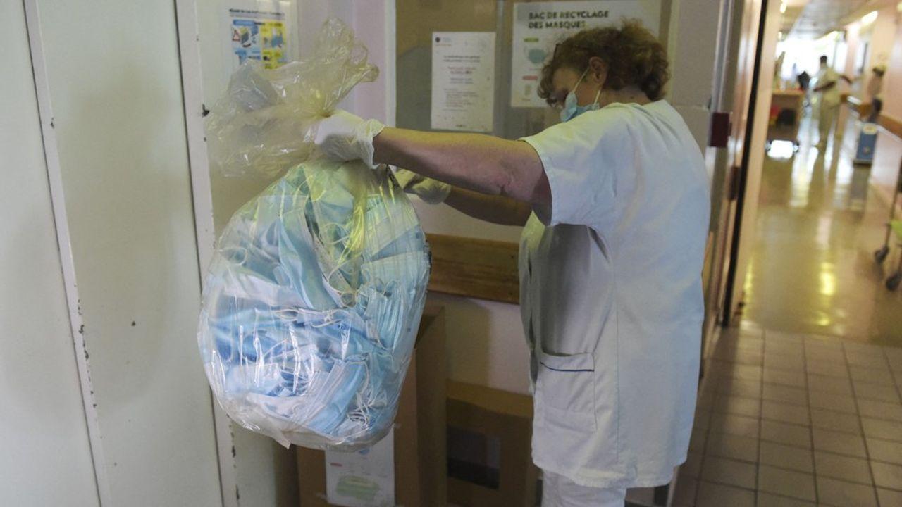 A l'hôpital Saint-Antoine, à Paris, en avril, où a commencé la collecte de masques chirurgicaux usagés pour expérimenter leur recyclage.