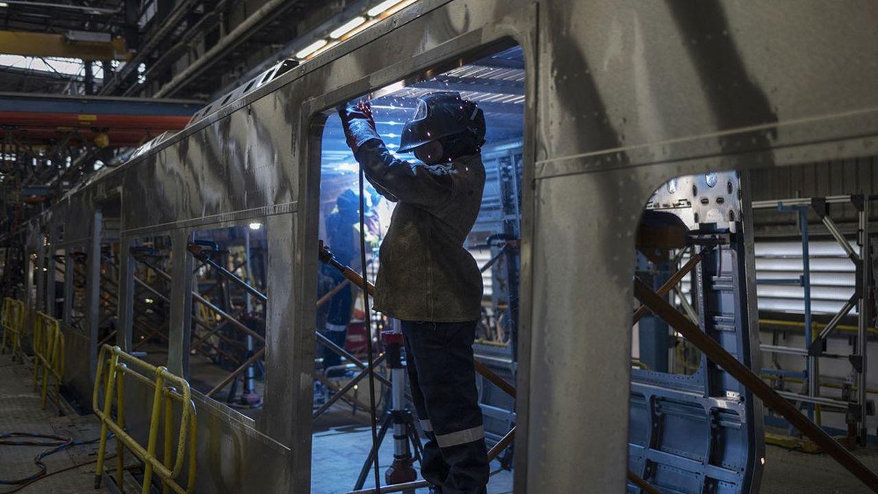 Un ouvrier du Gibela Rail Transport Consortium termine une soudure d'une locomotive en Afrique du Sud.
