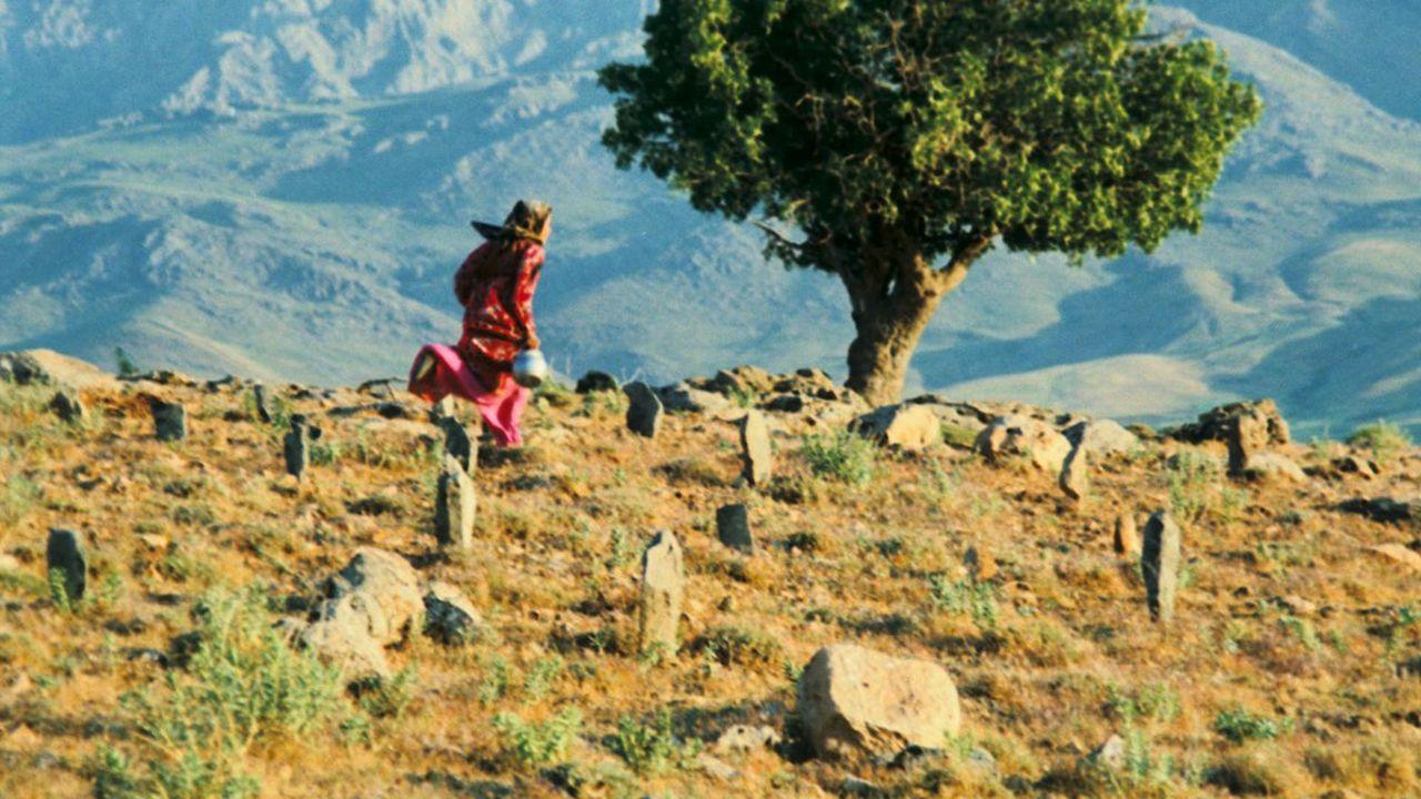 «Le vent nous emportera» réalisé en 1999 par Abbas Kiarostami.