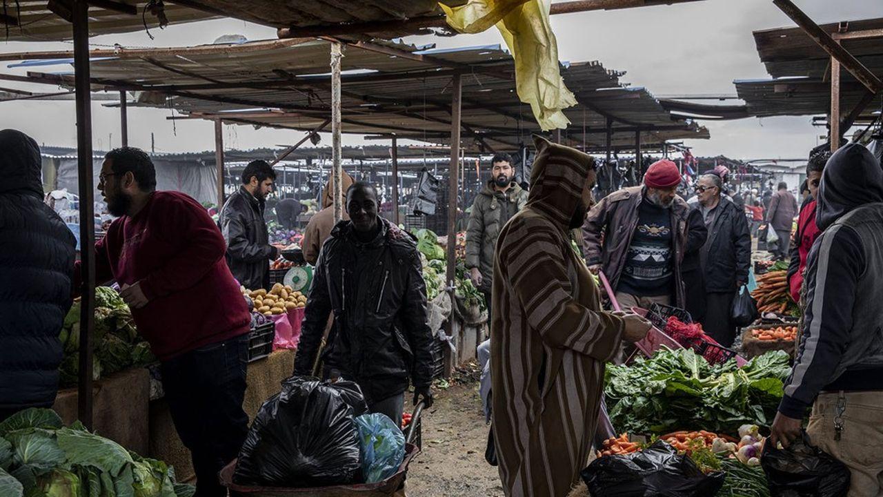 Les très petites entreprises africaines se révèlentremarquablement résilientes, malgré la faiblesse de l'Etat de droit et le manque de garanties au droit de propriété ou les séquelles des conflits, comme l'illustre ce marché à Benghazi, en Libye.