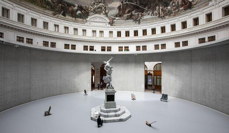 François Pinault inaugure l'exposition de sa collection à Paris, dans l'ancienne Bourse de Commerce.