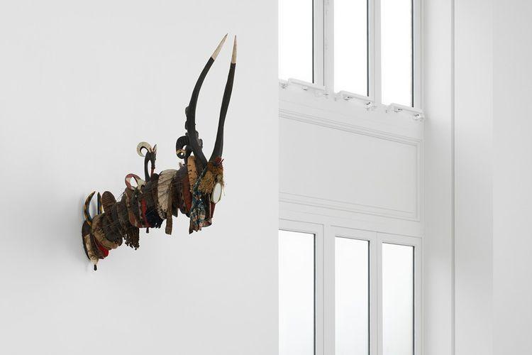 David Hammons, «Cultural Fusion», 2000. Bois, fer, verre, miroir, tissus, plumes, végétaux séchés, coquillages.