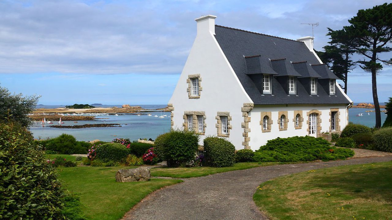 Dans leur recherche d'une résidence secondaire, les Français visent des départements proches du littoral, notamment breton, ou des montagnes.