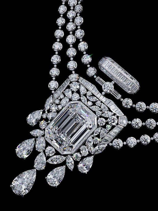 Collier 55.55, Chanel Joaillerie. Pour fêter le centenaire du parfum N° 5, le directeur du studio de création Patrice Léguereau a imaginé la «Collection N° 5», dont ce collier est la pièce maîtresse. En son centre, un diamant taillé sur mesure de 55,55 carats.