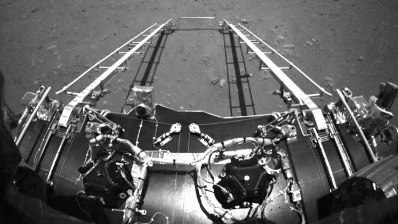 Mercredi, la Chine a publié les premières photographies prises par le rover Zhurong à la surface de Mars.