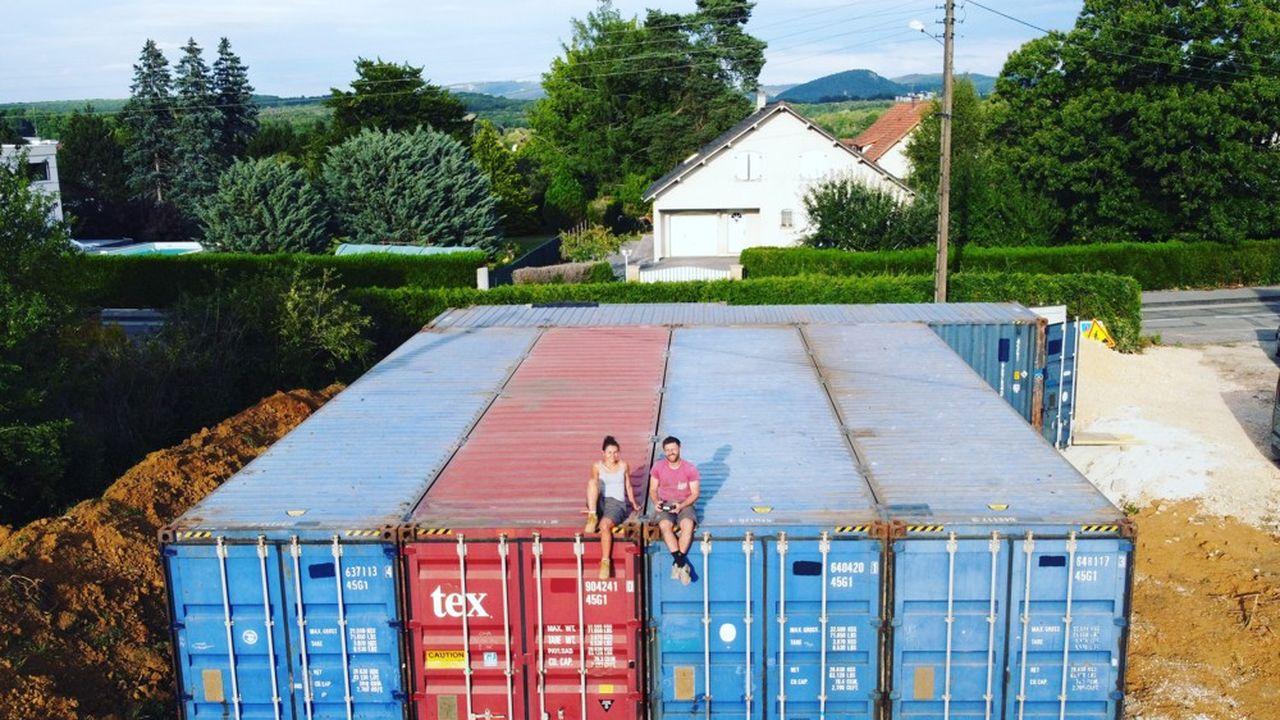Les containers dans lesquels Capucine et Florent habitent ont servi pendant des années à transporter de la marchandise à travers les océans.
