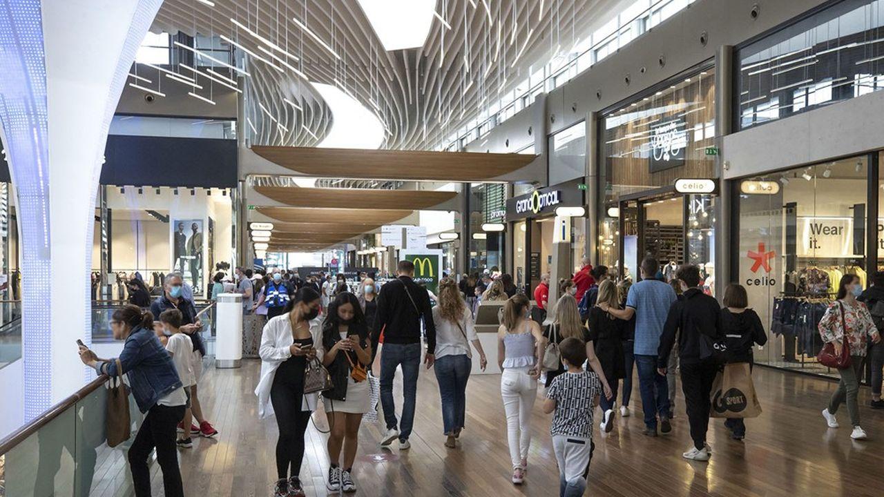 La satisfaction affichée par les employés des boutiques à la reprise de leur travail a contribué à créer une ambiance de joie dans les magasins.