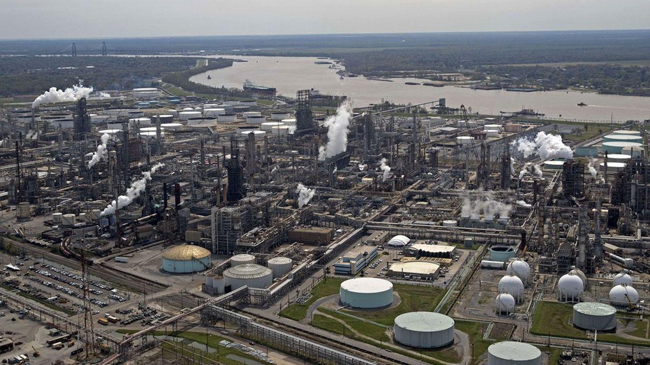«Le tribunal ordonne à Royal Dutch Shell de réduire ses émissions de CO2 d'ici à fin 2030 de 45% nets par rapport à 2019», a déclaré la juge.