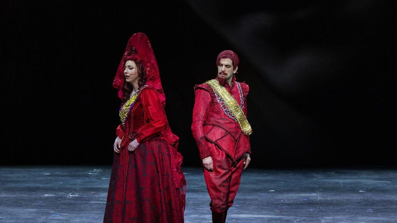 La mise en scène de Stanislas Nordey conserve, par les costumes de Raoul Fernandez, l'époque originale du Siècle d'or espagnol.